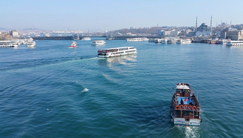 lodní doprava na Zlatém rohu,v pozadí Galatský most a Nová mešita