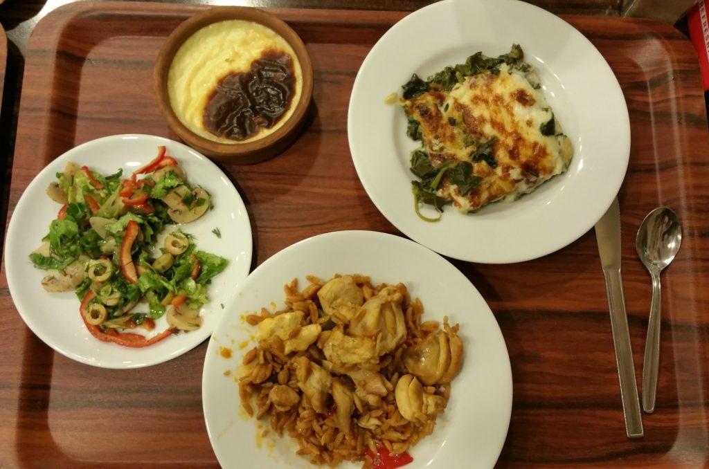 večeře v samoobslužné lokantě