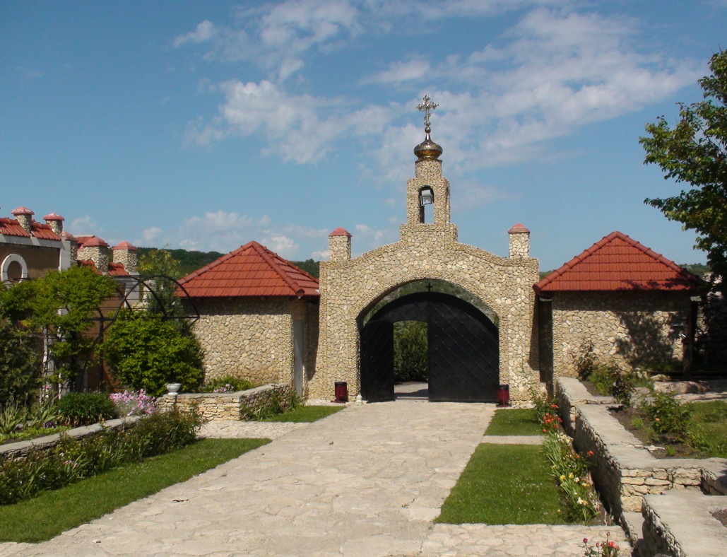 Orheiul Vechi,nádvoří kostela Nanebevzetí Panny Marie
