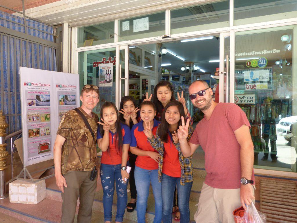 Myanmar,Tachileik,s děvčaty před obchodem