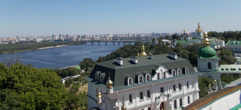 Kyjev,výhled z terasy Horní lávry na Dolní lávru a Dněpr