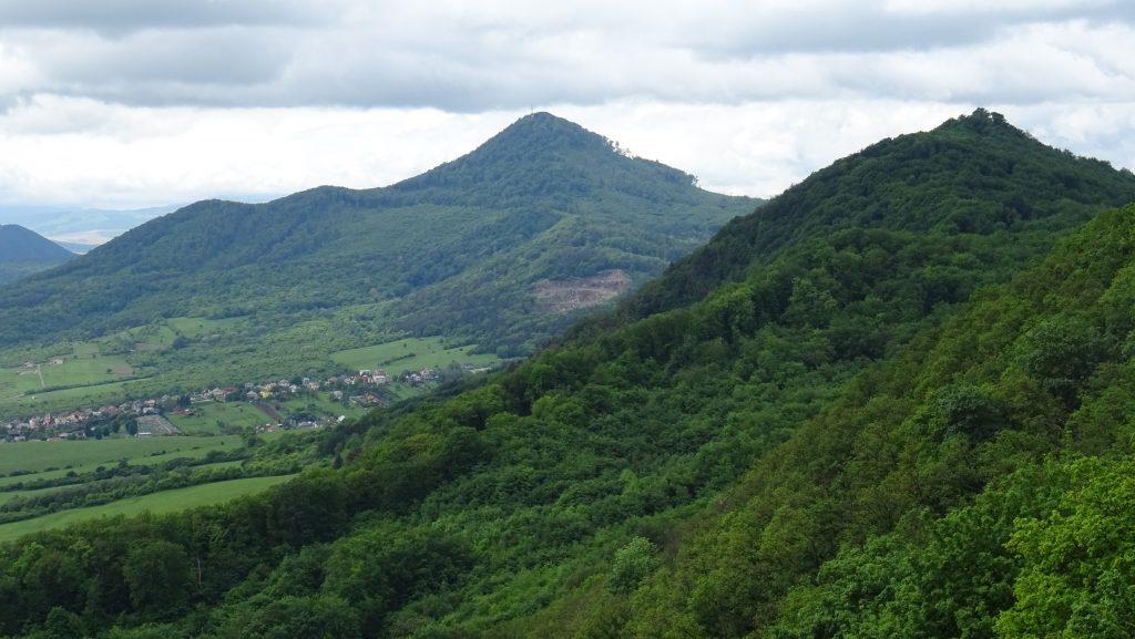 výhled z Kapušanského hradu na Stráž (740m) a Moďoroš (524m)