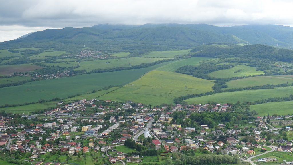 výhled z Kapušianskeho hradu na Kapušany a Slanské vrchy
