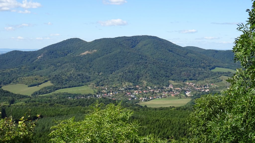 výhled na Karanč z hradu Salgó
