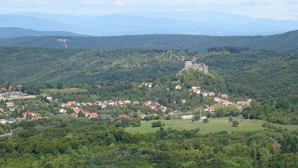 výhled na hrad Šomoška z hradu Salgó