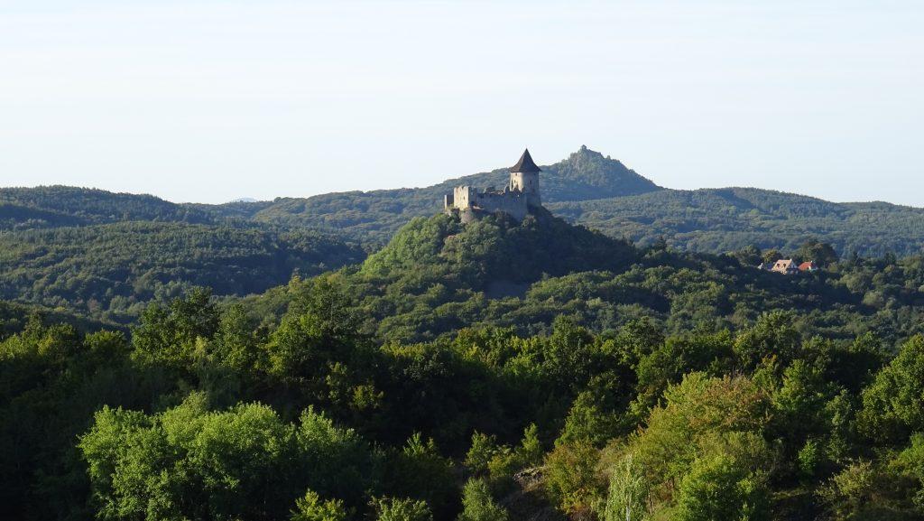 výhled na hrady Šomoška a Salgo z rozhledny Mačacia 2