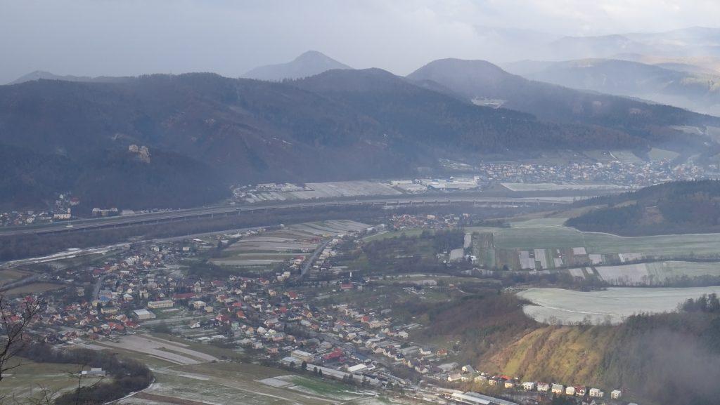 výhled z vyhlídky nad Severákem:Považská Teplá a v pozadí Javorníky