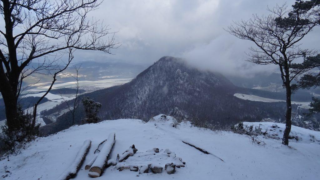 severní vrchol Veľkého Manína(848m),výhled na Malý Manín(813m)