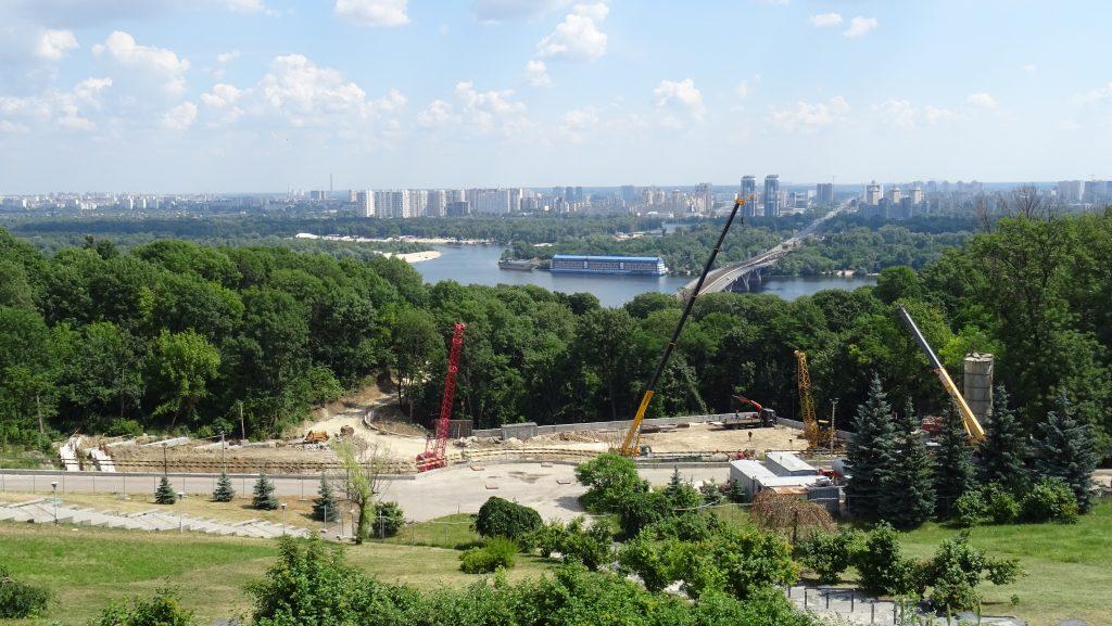 výhled na Dněpr z terasy památníku Věčného ohně