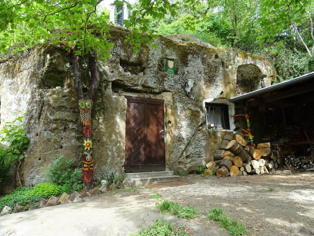 """obec Kokořín,skalní """"chata"""""""
